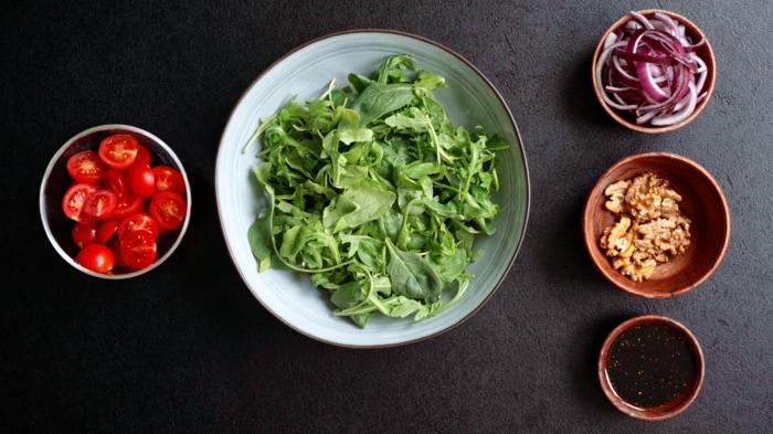 7 einfache salate rezepte zutaten mischen sommersalat mit spinat cherry tomaten walnüssen und zwiebel