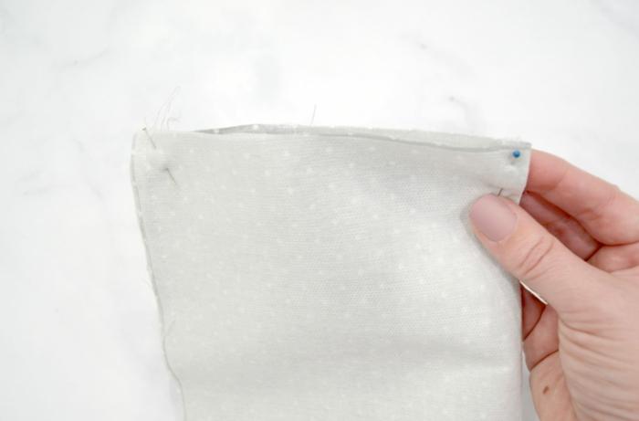 Atemschutzmaske selber machen, Stoff gebunden mit Stecknadeln, DIY Anleitung