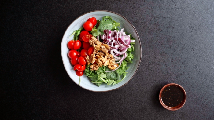 8 einfache salate rezepte sommerrezepte für jeden tag sommersalat mit spinat tomaten zwiebel und walnüssen