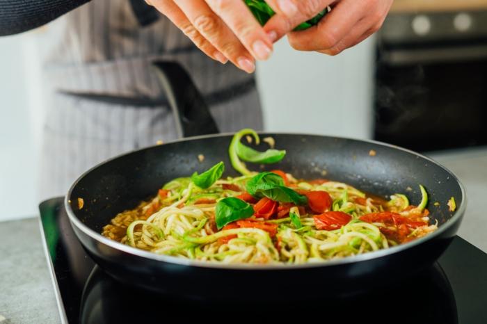 zucchini spaghetti rezept einfach und schnell, low carb abendessen ideen, schnelles gericht mit zoodles