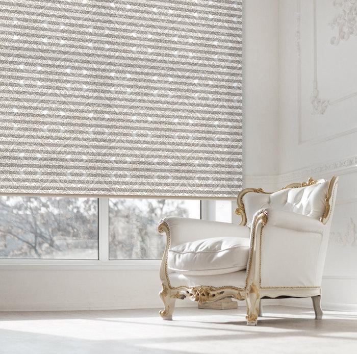 Rollo mit elegantem Muster, weißer Loungestuhl im viktorianischen Stil