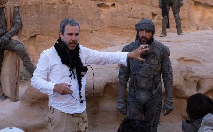 der schauspieler javier bardem und der regisseur denis villenevue, ein mann mit bart und einem weißen hemd,, ertse szenenbilder auf dem film dune