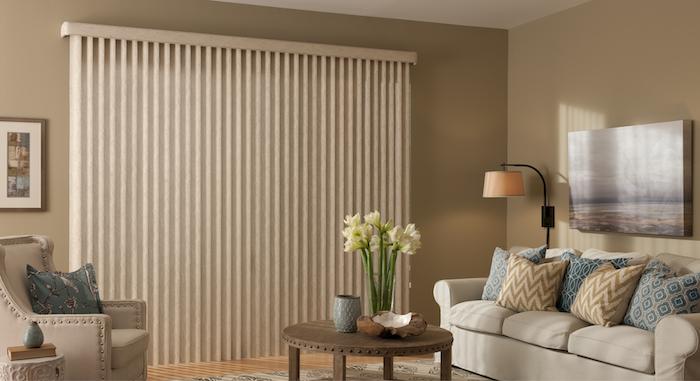 Lamellenvorhang im Wohnzimmer, Wandfarbe Beige, runder Couchtisch aus Holz, weißes Sofa