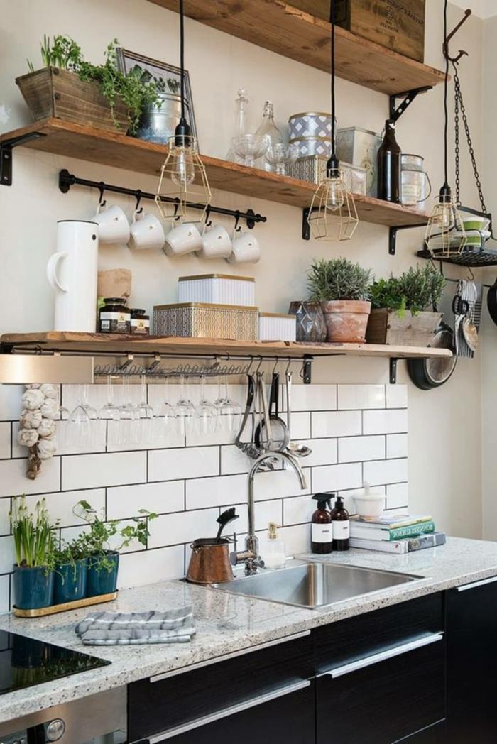 offene Regale mit aufgehängten weißen Tassen, schwarze Küchenschränke, moderne Küchen Inspiration