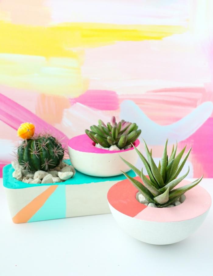 pastellfarbene blumenkübel selber bauen beton, grüne Kakteen und Pflanzen, Schritt für Schritt Anleitung