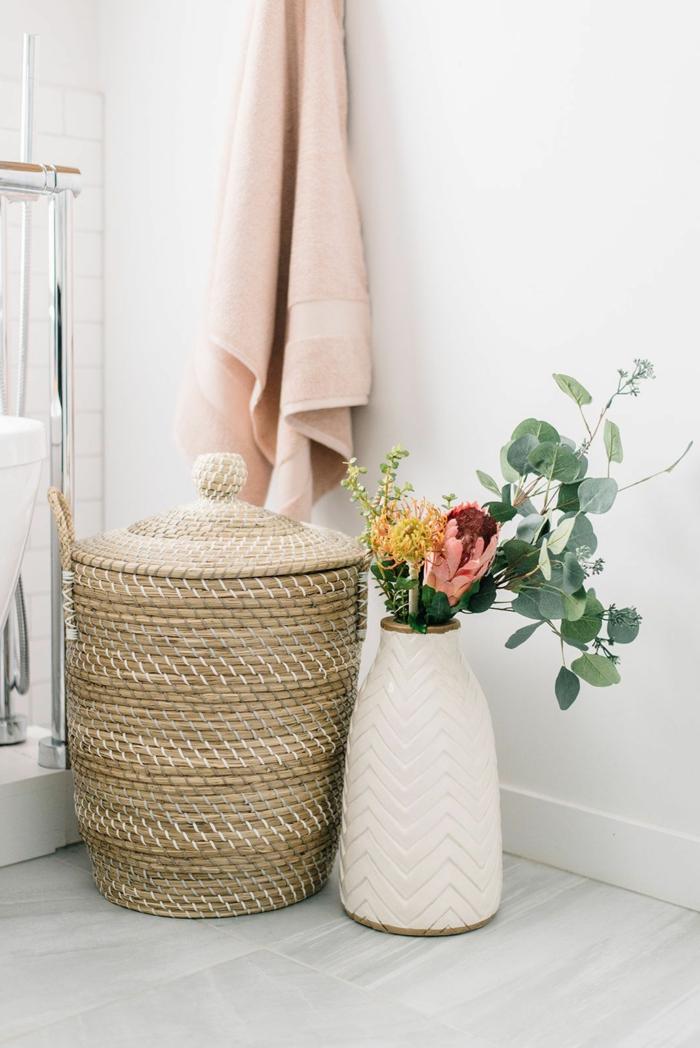 Dekoration für das Badezimmer mit Vase mit Blumen, Großer Wäschekorb, pinker Tuch, Frühlingsdeko 2020