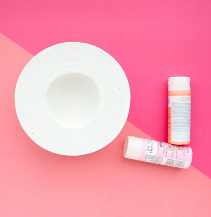 pinker Hintergrund, zwei Dosen mit Pastellfarben, Pflanztröge aus Beton selber machen