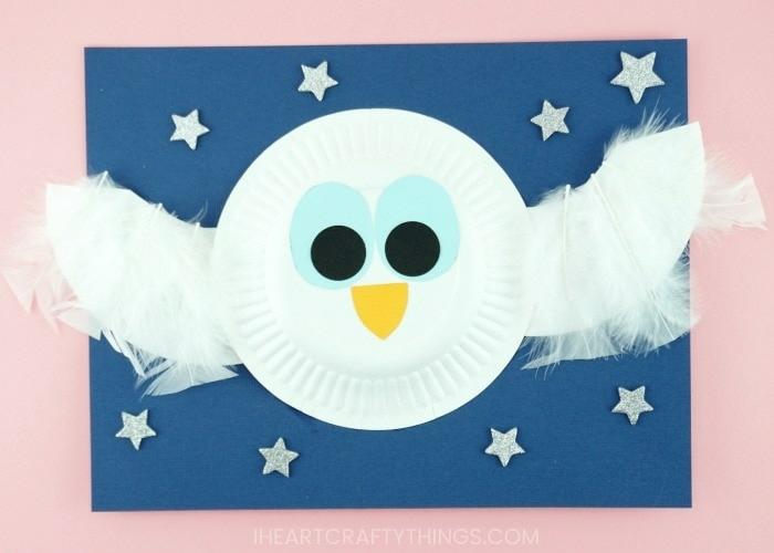 weiße Eule mit Flügeln, blauer Himmel mit Sternen, Vögel mit Papptellern basteln, DIY Anleitung
