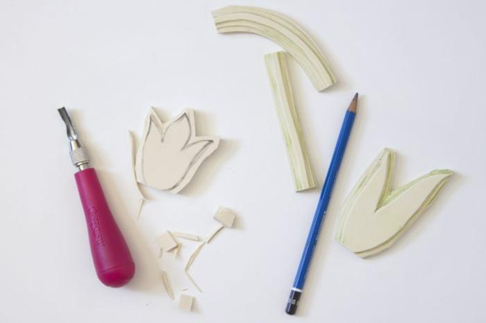 Bastelbedarf für Tulpen Aufdruck auf Serviette, Bleistift und Formen, günstige Deko Ideen