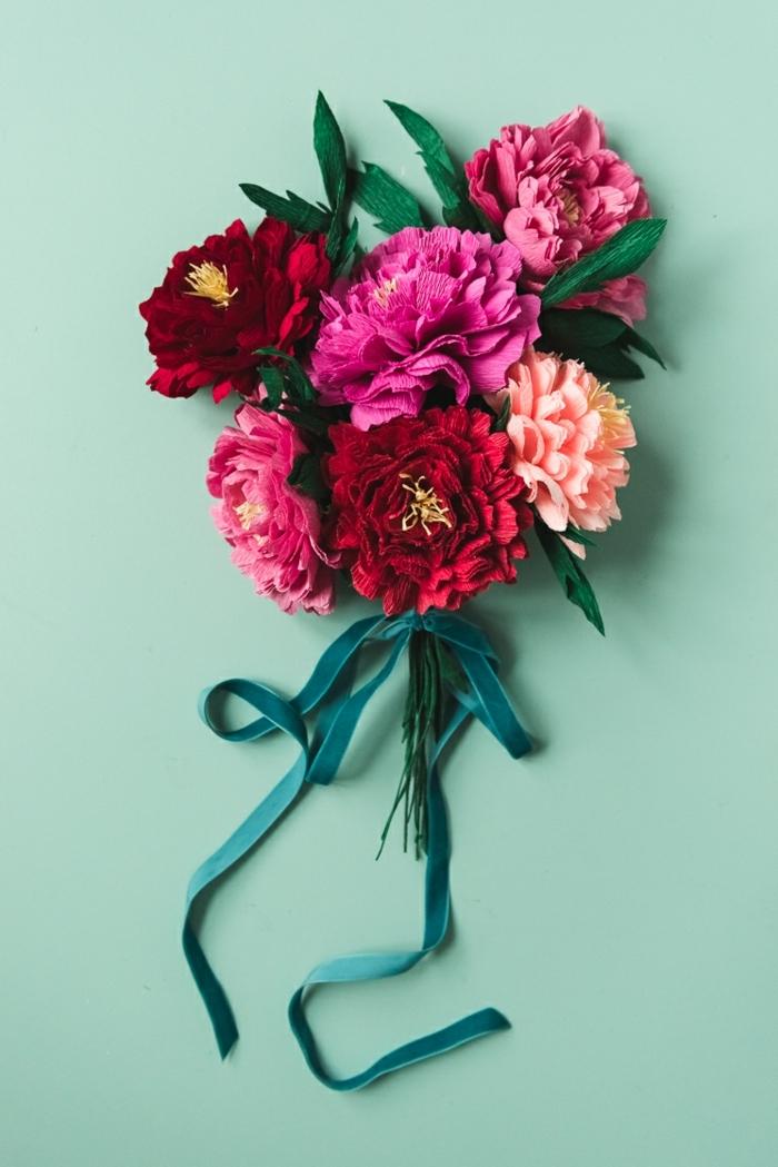 papierblumen selbst machen, blumenstrauß mit krepppapierblumen, basteln mit papier blumen