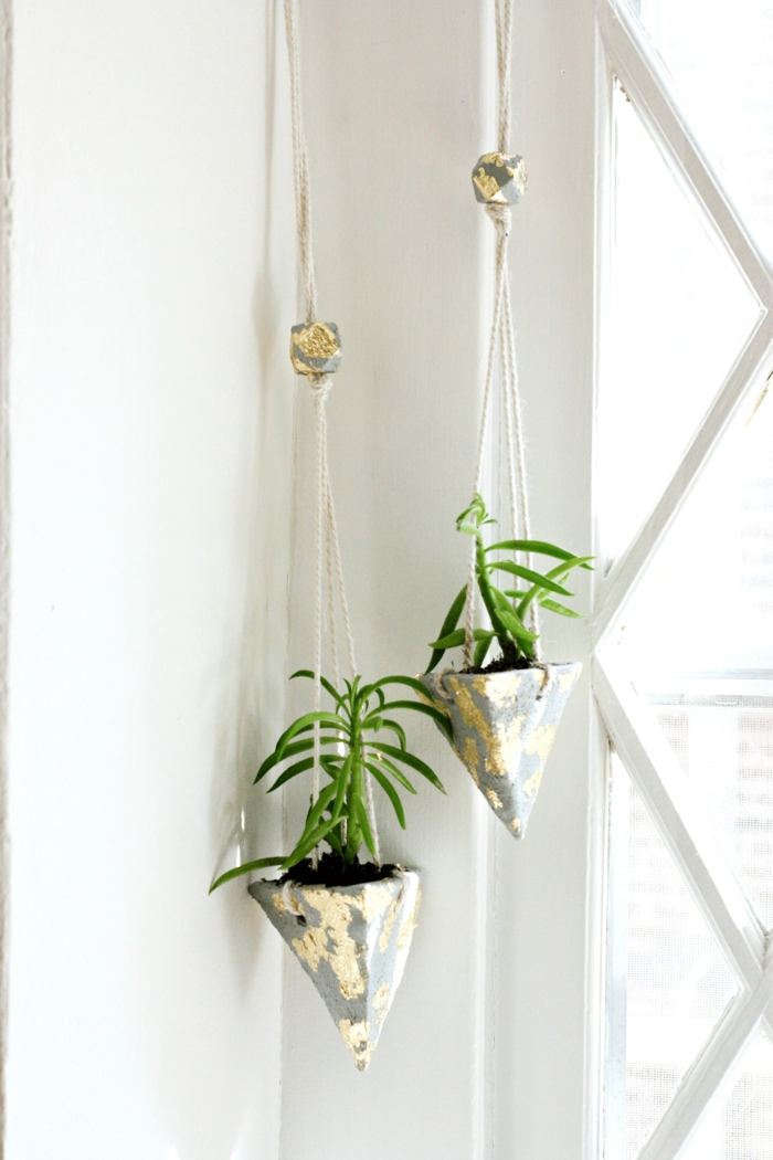zwei hängende geometrische Pflanzenbehälter, Betonkübel für Pflanzen, weiße Wände, Dekoration für das Wohnzimmer