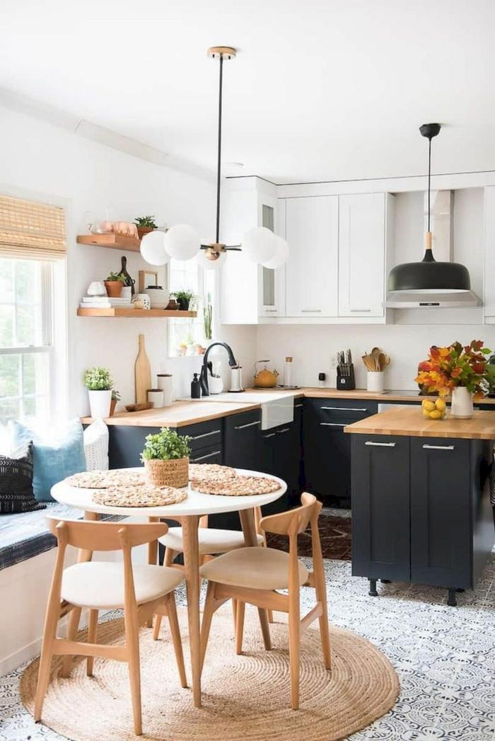 Ikea Küche Inspiration, runder Tisch mit Stühlen aus Holz, runder Teppich, schwarze Küchenmöbel,