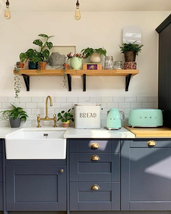 Ikea Küchen Ideen, offener Regal aus Holz mit Pflanzen, Dose für Brot, Teekanne und Toaster in Türkis,