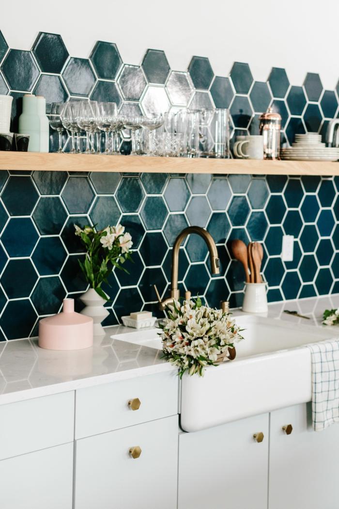 moderne blaue Fliese in sechseckiger Form, elegante Inneneinrichtung, Vase mit Blumen, Kücheneinrichtung Ideen, weiße Schränke