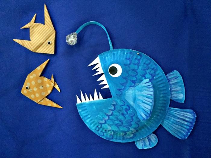 große blaue Skalare mit scharfen Zähnen, zwei kleinere gelbe Fische, Meerestiere basteln
