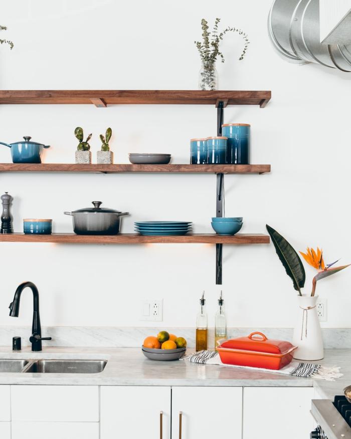 Tendenz von offenen Regalen aus Holz, aufgestelltes blaues Geschirr und ein Topf, Küchen Inspiration