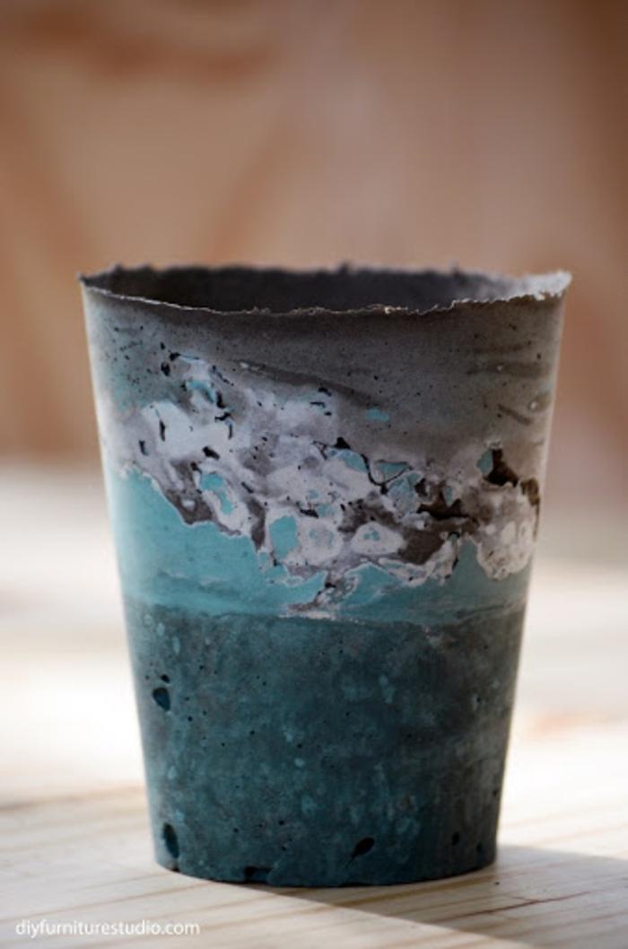 Blumenkübel selber bauen beton in blauer Farbe, Anleitungen zum selber machen, Bastelideen für Erwachsene