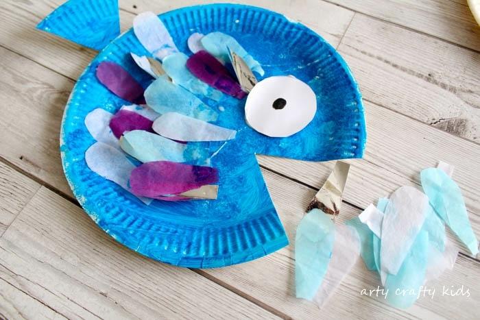 Fertig gebastelter blauer Fisch aus Pappteller, schöne und leichte Bastelideen für kleine Kinder