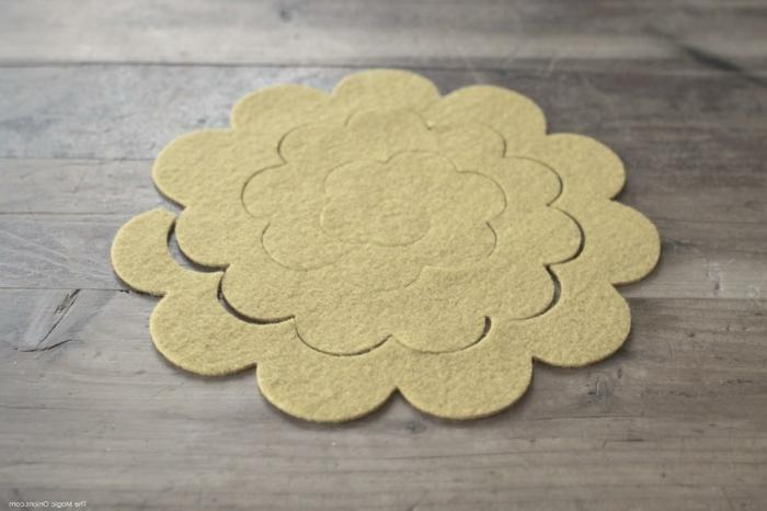 DIY Idee für Blume aus Filz, Pinterest basteln, aufgeschnittenes Stück Filz auf einem Tisch