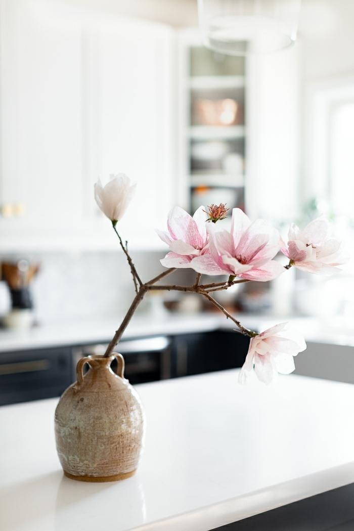 blumen aus krepppapier selber machen anleitung, vase mit zwei mit großen rosa blüten