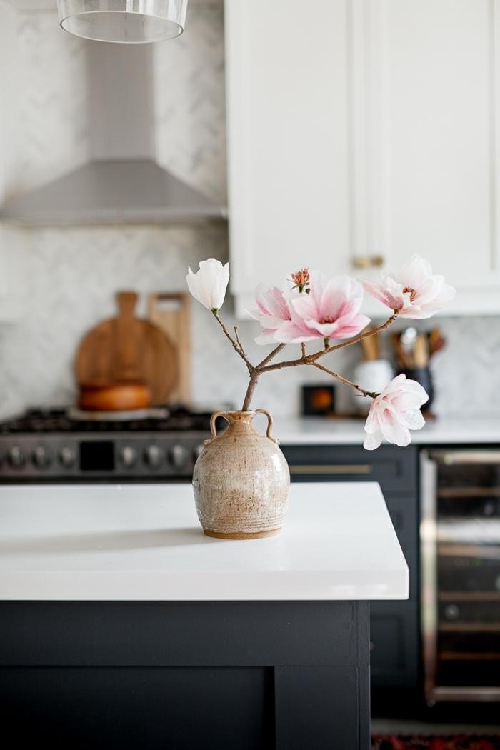 blumen aus krepppapier selber machen anleitung, wohnung dekorieren, zwei mit blüten, kleine vase