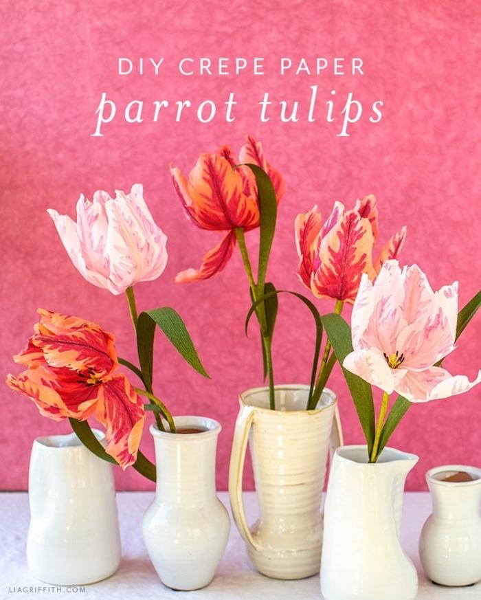 blumen aus krepppapier selber machen anleitung, weiße vasen mit bunten karpppapierblumen