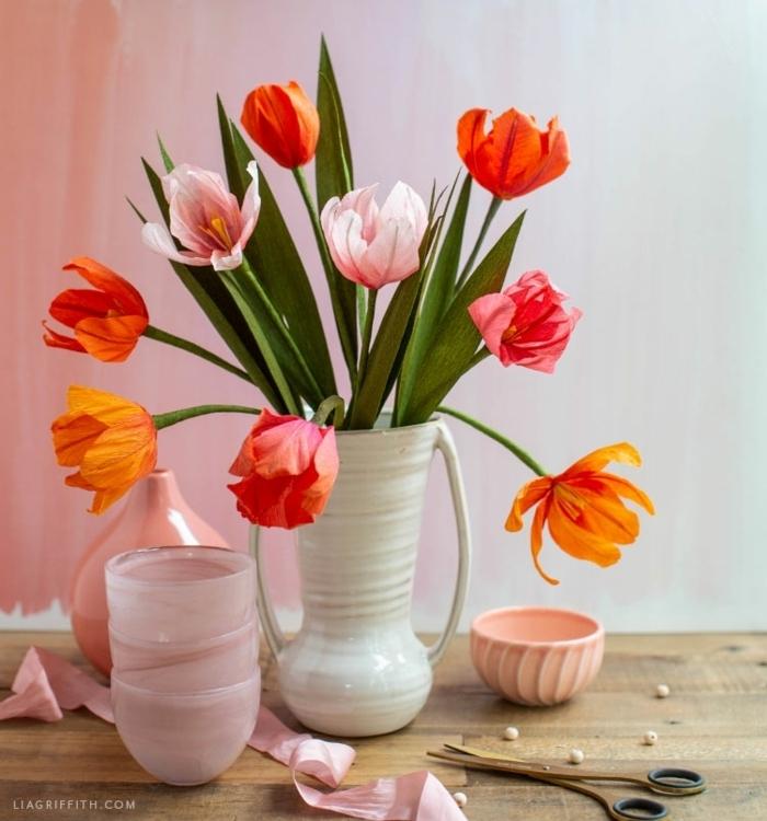 blumen aus papier basteln anleitung, tulpen aus kreppapier, weiße vase, tischdeko