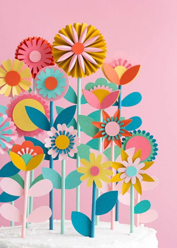 schöne und bunte Blumen aus Papier, Deko für die Wohnung, pinker Hintergrund