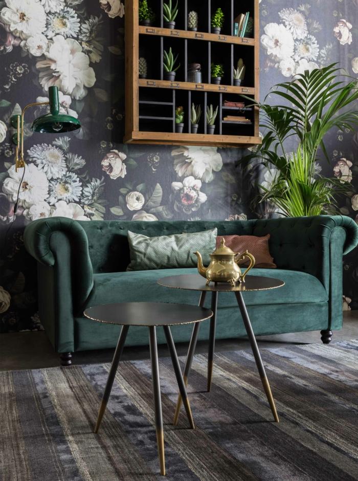 zwei kleine runde Tische, moderner grüner Couch, Wände mit Tapeten mit Blumen, grüne Pflanze, Pinterest Wohnzimmer