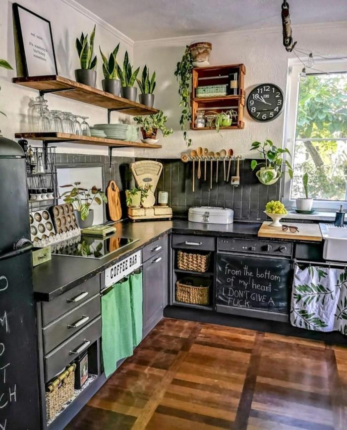 Interior Design Tendenzen 2020, Moderne Küchen Bilder, schwarze Küchenmöbel, offene Regale mit Pflanzen und Küchenutensilien