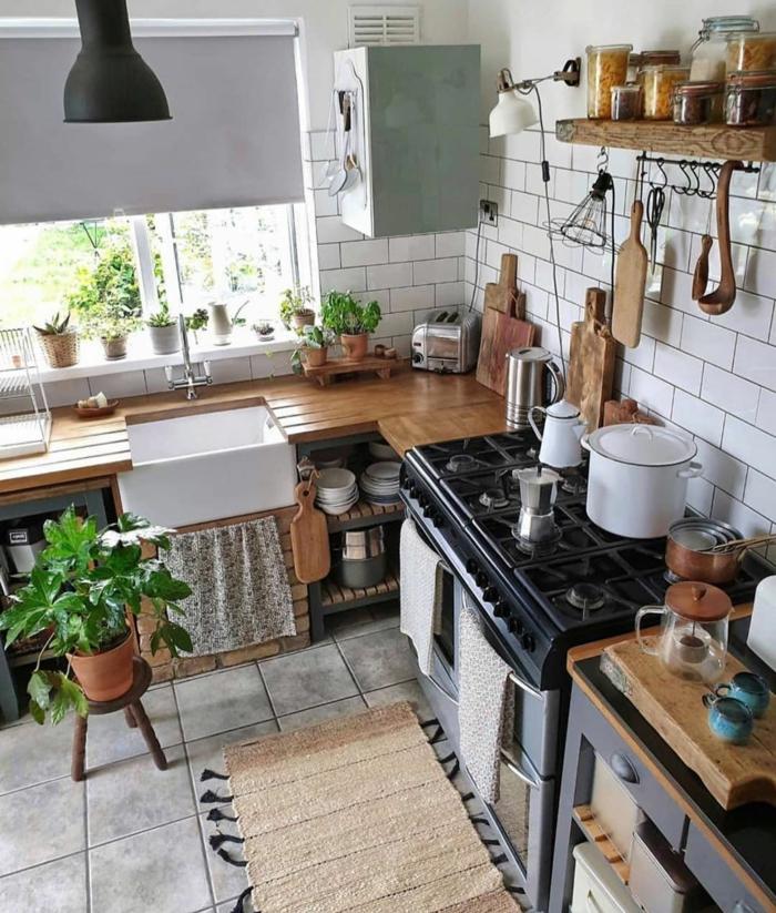 Deko Ideen Küche im bohemischen Stil, viele Schneidplatten und Arbeitsplatte aus Holz, grüne Pflanze,
