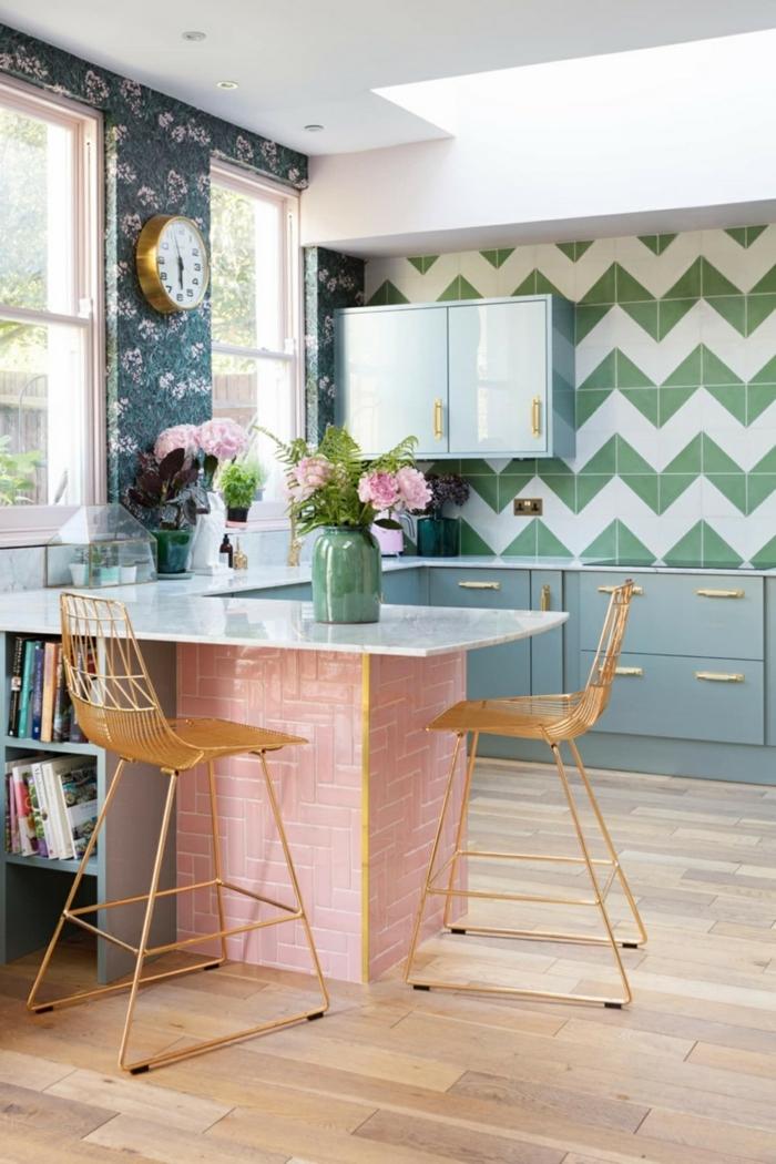 Küche Design Ideen in bunten Farben, pinke Theke und grün weiße Fliesen, blaue Tapeten mit Blumen, Vase mit Blumen,