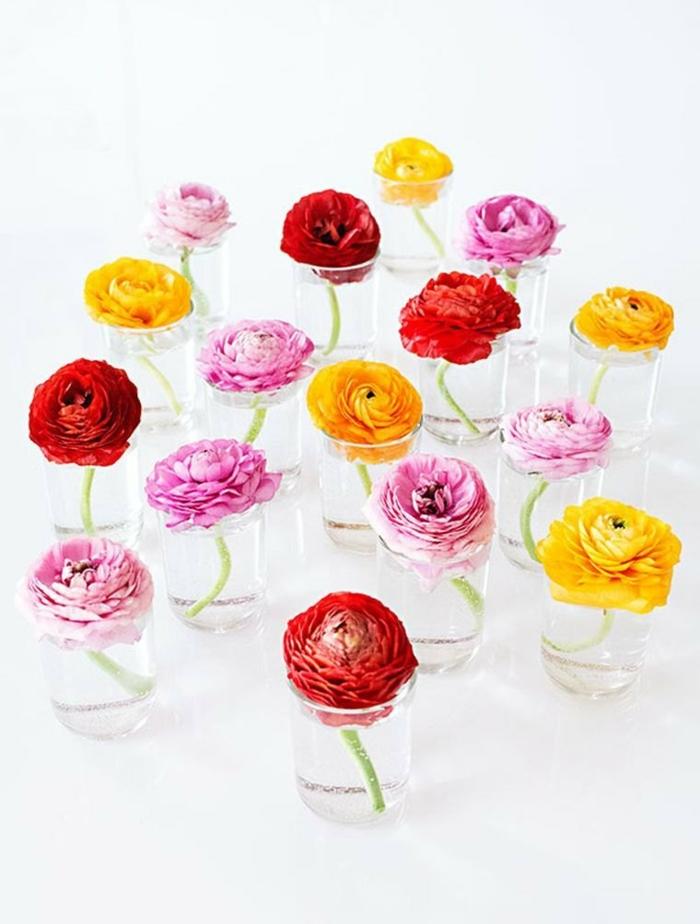 pinke rote und gelber Blumen in kleinen Vasen, frühlingsdeko basteln mit naturmaterialien