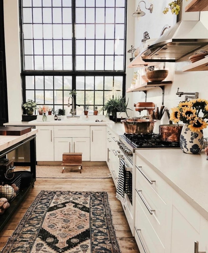 modern Pinterest Küche, großes französisches Fenstern, Design im bohemischen Stil, weiß blaue Vase mit Sonnenblumen