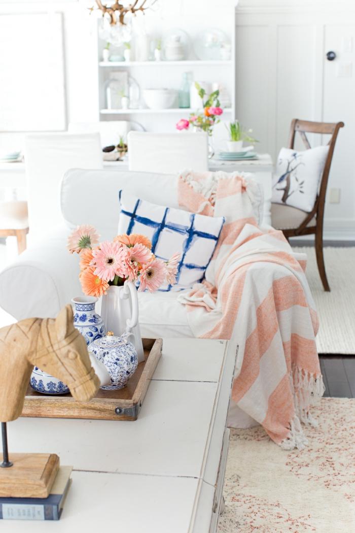 Pinterest Wohnzimmer für den Frühling Dekorieren, blaue und koralle Farben, Kissen und Decken