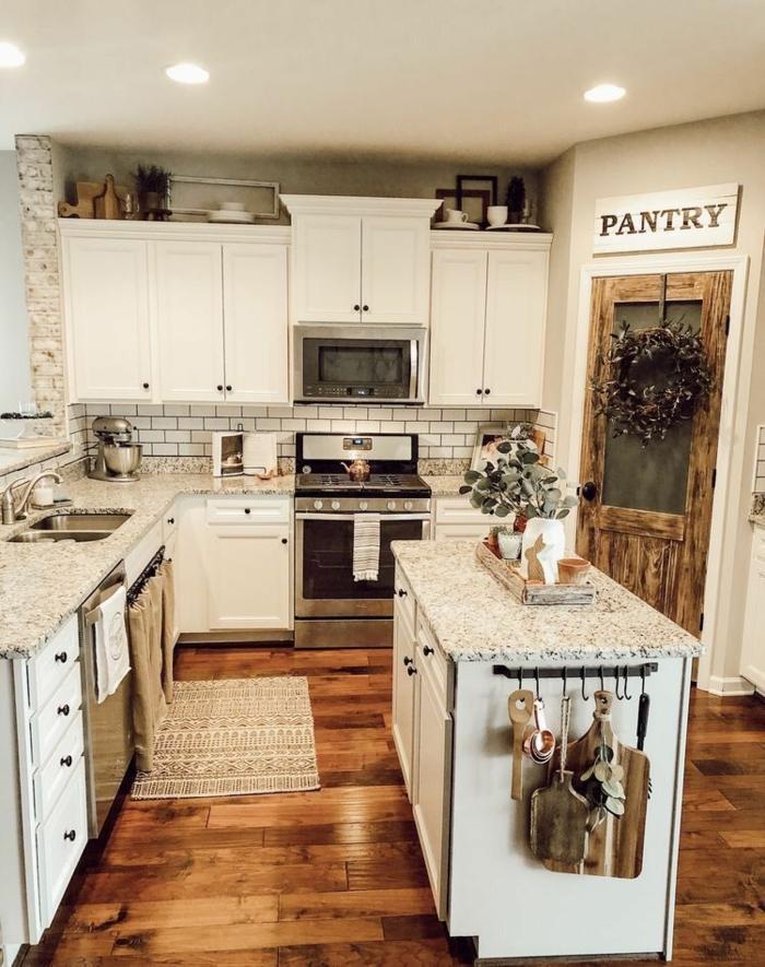Küche modern weiss l Form mit Theke mit Marmor Arbeitsplatte, weiße Schränke, Tür zum Speisekammer,