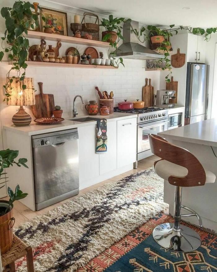 viele Küchenutensilien aus Holz, bunte Teppiche, offene Regale, kleine Wohnküche Ideen, weiße Schränke, Elektrogeräte aus Stahl