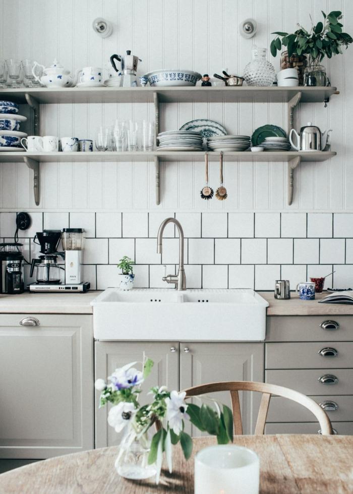Ikea Küche Inspiration, Monochrome Inneneinrichtung in weiß, offene Regale mit Tellern und Tassen