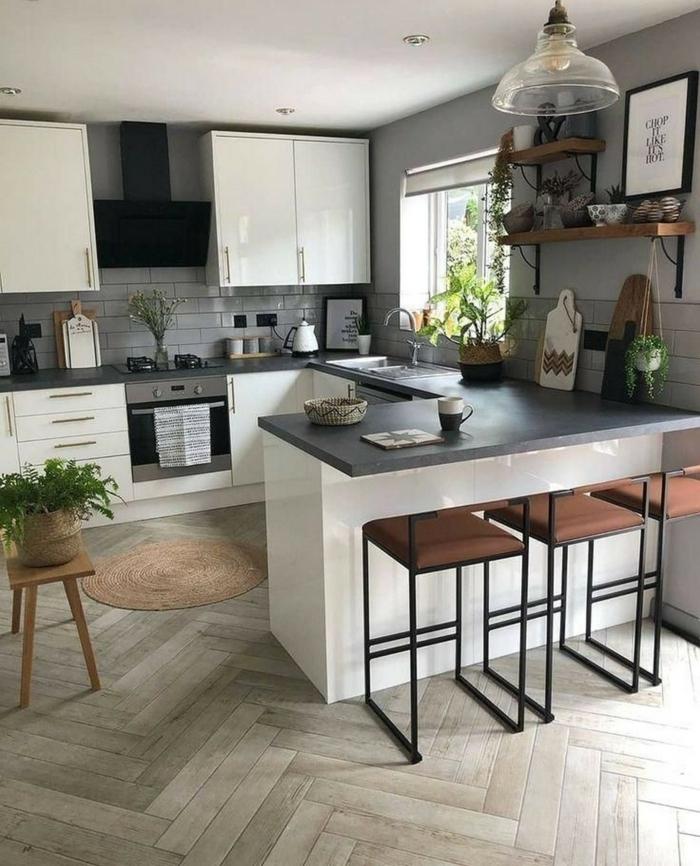 Kleine Küche u Form mit Theke mit drei Barstühlen, weiße Schränke, Minimalistische Inneneinrichtung