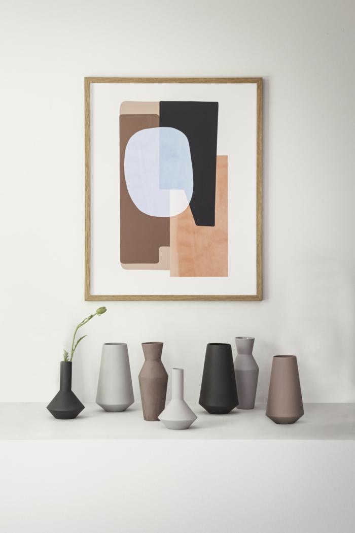 modern Dekorierung für das Wohnzimmer, skandinavische Inspiration, abstraktes Bild, viele Vasen, Deko Tipps