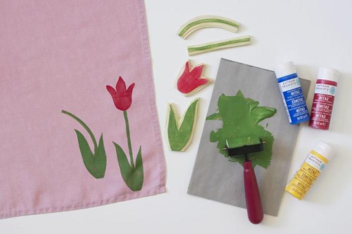pinkes Tuch mit Abdruck von einer Tulpe, Deko Ideen selber machen, grüne Farbe