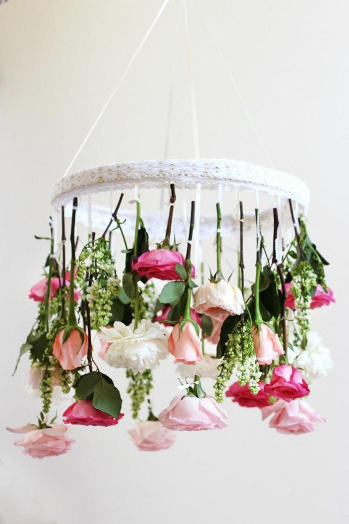 Blumenkranz mit vielen weißen und pineken Rosen, Deko Ideen selber machen, Pinterest Deko