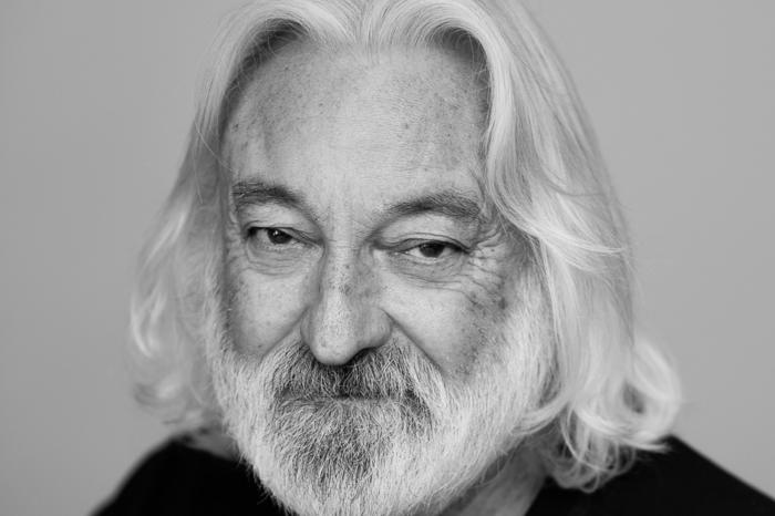 ein schwarz weißes foto von dem schauspieler andrew jack, der im alter von 78 kahren wegen coronavirus gestorben ist