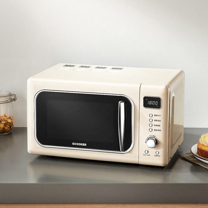 eine küche mit einem weißen mikrowelle ofen, teller mit einem kuchen, masken gegen coronavirus richtig reinigen