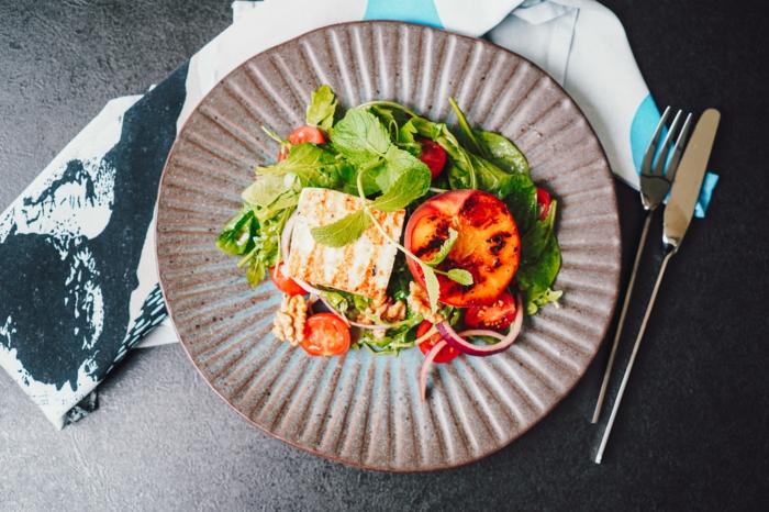 einfache salate rezepte für jeden tag sommersalat mit hallouma käse pfirsichen spinat cherry tomaten und zwiebel