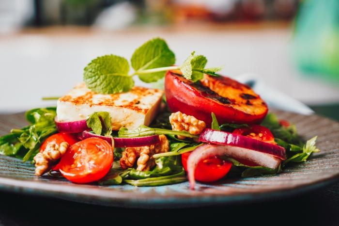 einfache salate rezepte gesund essen ideen sommersalat mit gegrilltem käse und pfirsichen salatrezepte