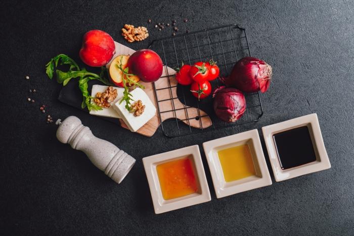 einfache salate rezepte nötige zutaten gesunder sommersalat mit pfirsichen und hallouma käse salatdressing mit honig