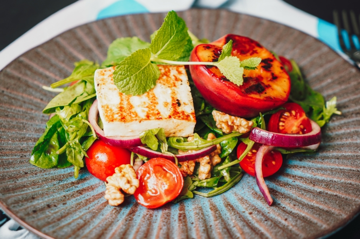 einfache salate rezepte schnelle sommerezepte salat mit hallouma käse pfirsichen rukkola zwiebel walnüsse und spinat