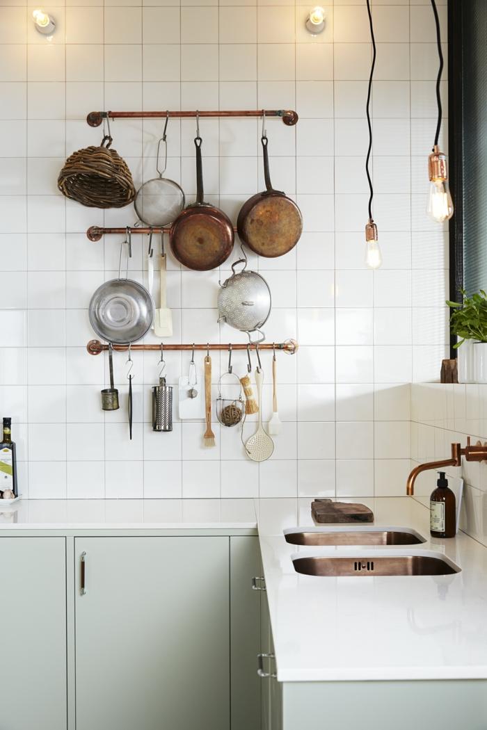Aufgehängte Pfannen und Küchenutensilien, Deko Ideen Küche, weiße Arbeitsplatte mit zwei Spülbecken