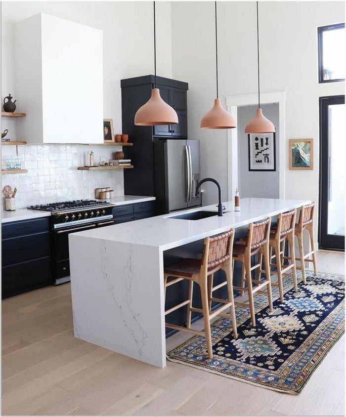 große moderne Kücheneinrichtung mit Theke und vier Barstühle, schwarze Schränke, Designer Küchen, bunter Teppich